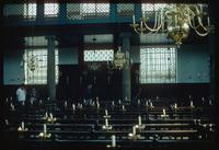Portuguese Synagogue (Amsterdam, Netherlands) : Tourist family inside the synagogue